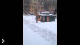 Смотреть онлайн Мужик в трусах зимой на улице
