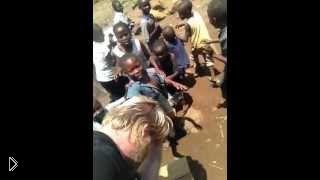 Смотреть онлайн Африканские дети впервые видят волосы на руках