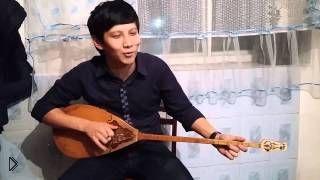 Смотреть онлайн Казах круто исполняет песню Эминема на домбре