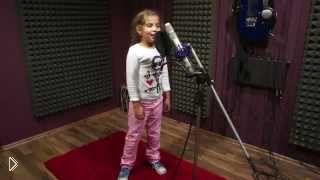Смотреть онлайн Маленькая девочка классно поет под дабстеп