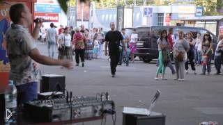 Смотреть онлайн Уличный музыкант уделал эстраду
