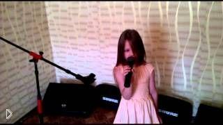 Смотреть онлайн Пятилетняя девочка поет песню «Там, где клен шумит»