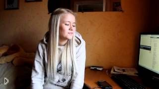Смотреть онлайн Симпатичная блондинка шикарно поет песню IOWA