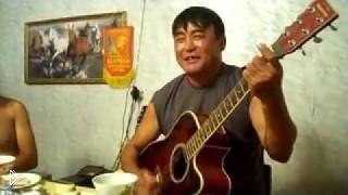 Калмык от души поет песню «Мчится конь подо мной» - Видео онлайн