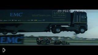 Невероятный полет грузовика над гоночным болидом - Видео онлайн