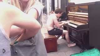 Смотреть онлайн Уличный музыкант поразил всех своей игрой на пианино