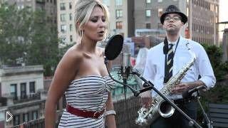 Смотреть онлайн Красивая девушка исполняет Mr. Saxobeat на испанском