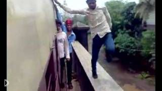 Смотреть онлайн Индийские подростки опасно развлекаются на поезде