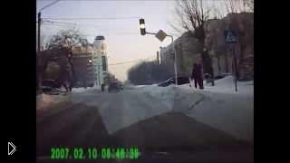 Смотреть онлайн Девушка за рулем отвлеклась на звонок и врезалась