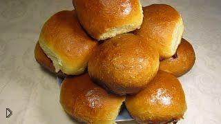 Смотреть онлайн Рецепт сдобных булочек с вареньем в молочной заливке