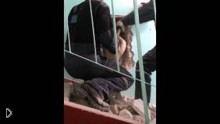 Смотреть онлайн Барнаул, парень застрял в вентиляционной шахте