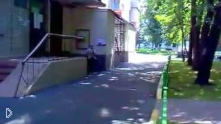 Смотреть онлайн Мальчик получил перелом руки занимаясь паркуром