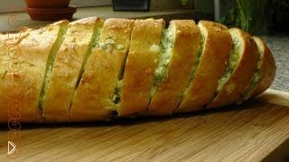 Смотреть онлайн Запеченный батон с сыром и чесноком на завтрак