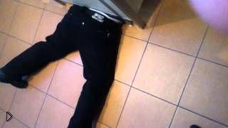 Мальчик застрял под дверью в туалете - Видео онлайн