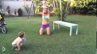 Смотреть онлайн Молодая мамочка занимается фитнесом