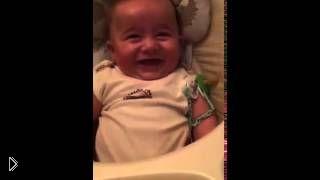 Смотреть онлайн Малыш заливается адским смехом
