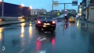 Смотреть онлайн Городской дрифт Nissan 350Z в дождливую погоду