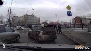 Смотреть онлайн Добрые автолюбители помогли перейти дорогу