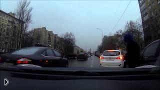 Смотреть онлайн Пассажира такси стошнило на соседнюю машину