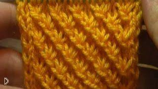 Смотреть онлайн Описание как вязать спицами узор «гусиные лапки»