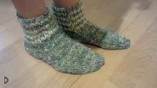 Смотреть онлайн Описание как пошагово связать носки двумя спицами