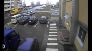 Смотреть онлайн Водитель ГАЗели собрал все машины возле ТЦ, Мозырь