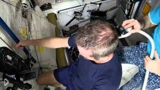 Как стригут волосы на космической станции - Видео онлайн