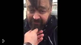 Смотреть онлайн Парень смешно трогает незнакомцев за бороду