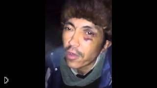 Смотреть онлайн Побитый мужчина читает крутой рэп