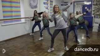 Смотреть онлайн Урок дэнсхолла новичкам: обучение базовым движениям