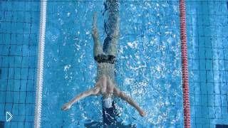 Смотреть онлайн Урок плаванья для начинающих: как почувствовать воду