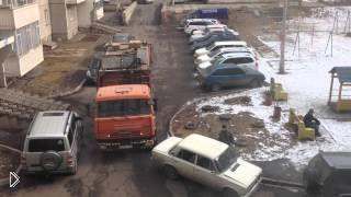 Смотреть онлайн Водитель мусоровоза подвинул припаркованную машину