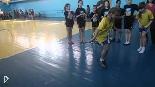 Смотреть онлайн Школьница с огромной скоростью скачет со скакалкой