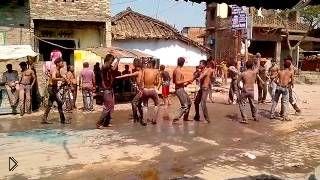 Смотреть онлайн Инцидент на фестивале красок в Индии