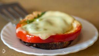 Смотреть онлайн Рецепт простого горячего бутерброда на завтрак