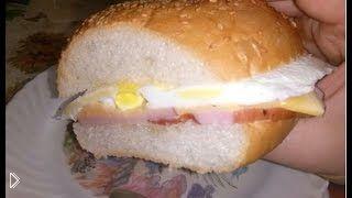 Смотреть онлайн Бутерброд с жаренным на сковородке яйцом и сыром