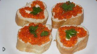 Смотреть онлайн Рецепт как сделать бутерброд с красной икрой и маслом
