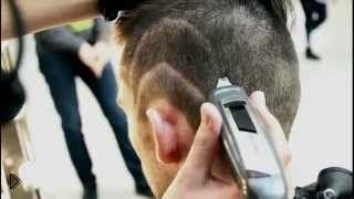 Смотреть онлайн Креативная модная мужская стрижка на средние волосы