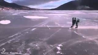 Парень с ветерком катается по льду на бензопиле - Видео онлайн