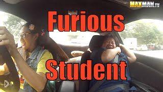 Смотреть онлайн Ученица автошколы подшутила над инструктором