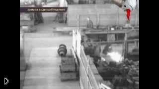 Смотреть онлайн Рабочий завода пытался распилить снаряд болгаркой