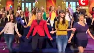 Смотреть онлайн Урок танца зумба для начинающих: базовые движения