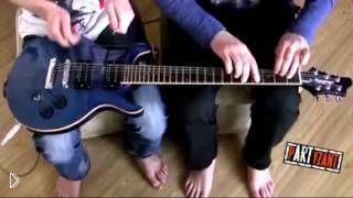 Смотреть онлайн Два парня играют на одной гитаре знаменитую песню