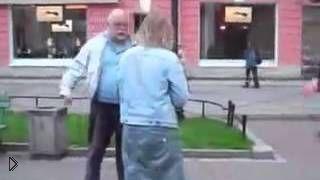Смотреть онлайн Уличная драка двух пенсионеров и девушек