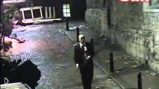 Смотреть онлайн Пьяница в костюме кое-как идет домой