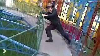 Смотреть онлайн Парень-пьяница упал с опасного аттаркциона
