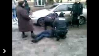Алкаш с белой горячкой сходит с ума на улице - Видео онлайн