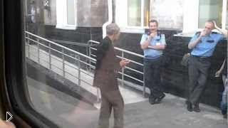 Смотреть онлайн Танец чудного алкаша перед полицией