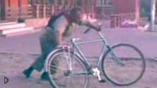 Смотреть онлайн Алкаш никак не может уехать на велосипеде