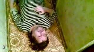 Смотреть онлайн Пьяный в хлам алкаш лежит на полу в своей моче